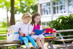 2 kinder mit rucksack